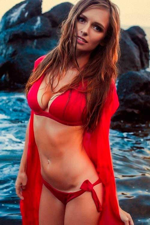 красивая девушка в ярком красном купальнике